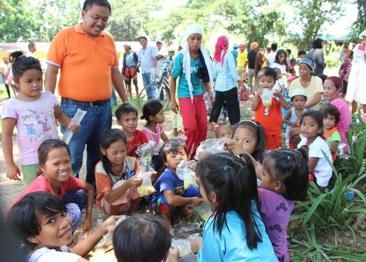 Mayor Herlo Guzman with kids in one of the villages in Kabacan.